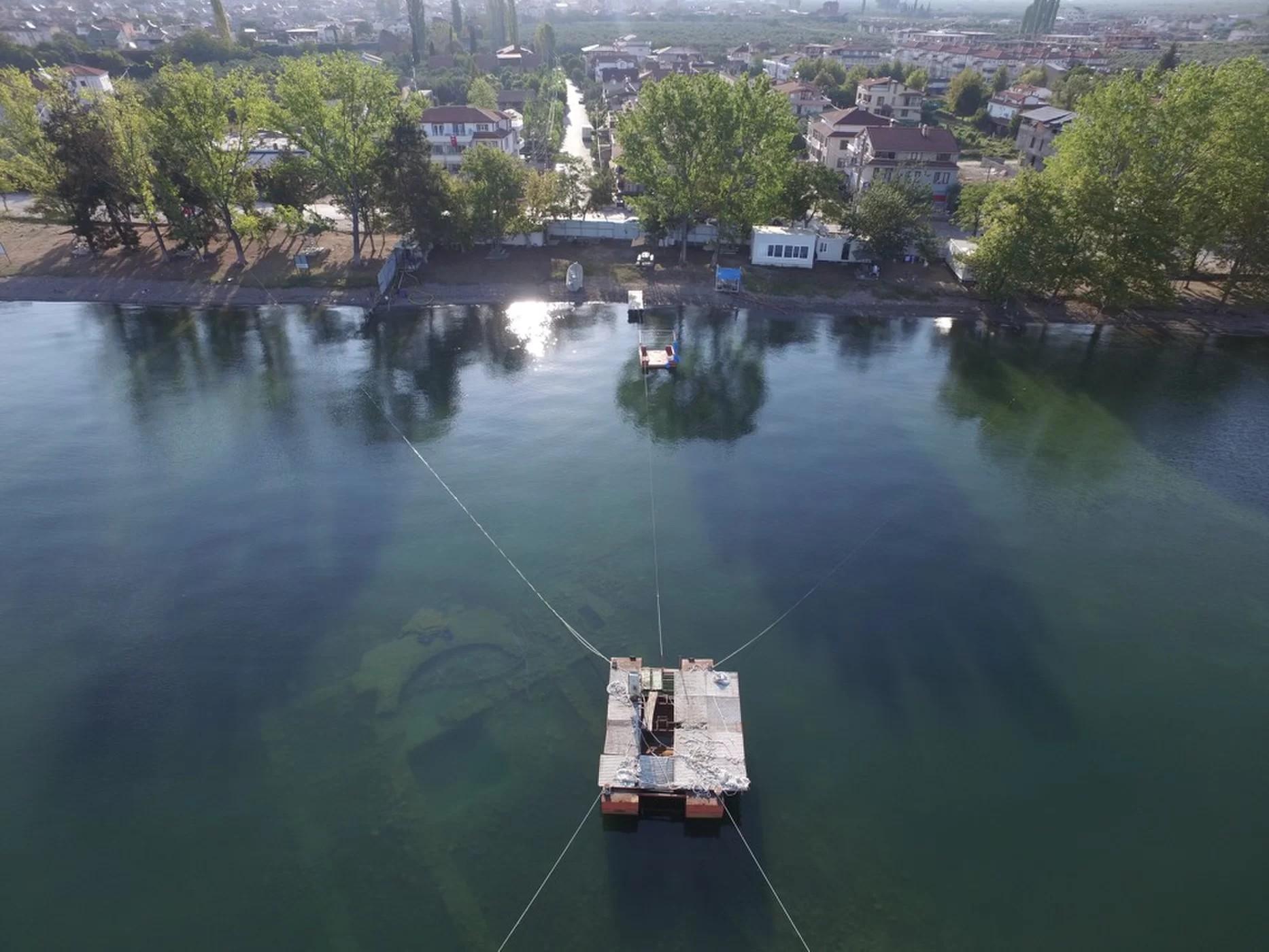 Escavação aquática encontrou escombros a três metros de profundidade (Foto: Mustafa Şahin/Lake Iznik Excavation Archive)