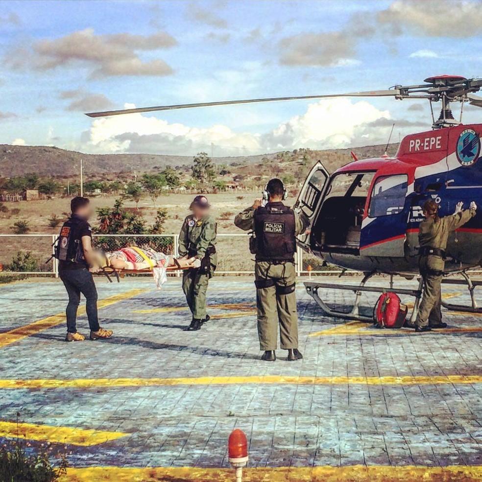 Mulher foi levada em um helicóptero para o Hospital da Restauração, no Recife (Foto: Bezerros 24h/Divulgação)