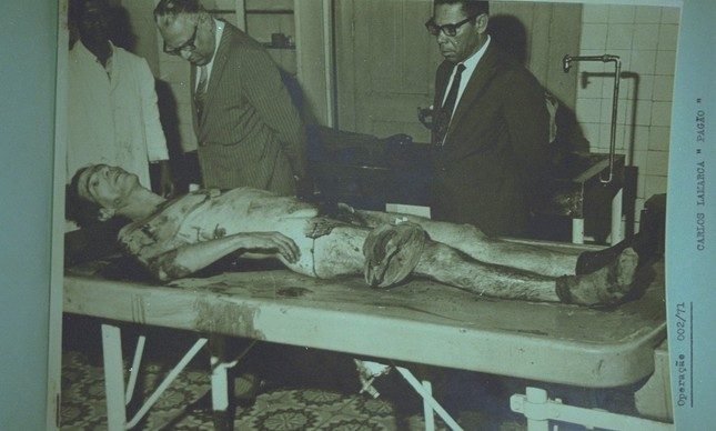 O corpo de Lamarca, morto na Bahia, em imagem do arquivo secreto do Exército