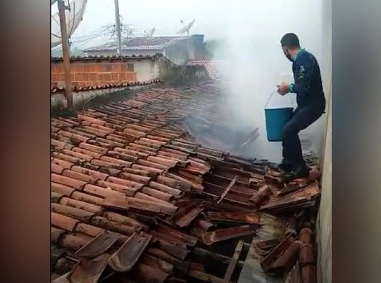 Policiais usam baldes com água para apagar incêndio em residência no Ceará; vídeo