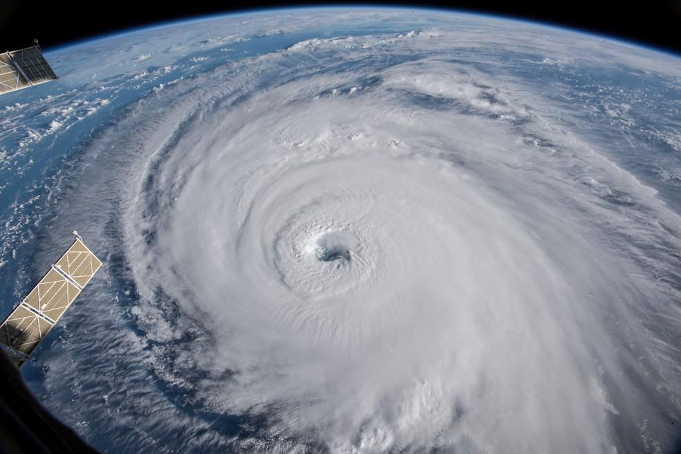 Furacões podem causar grandes ondas no mar ao se aproximar do continente, formando até mesmo tsunamis  — Foto: (Nasa/Via Reuters)
