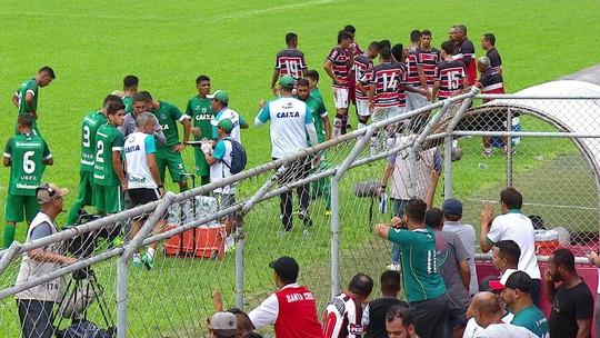 Mesmo expulso, técnico do Goiás passa instruções para jogadores pelo alambrado