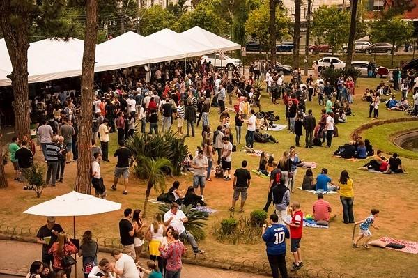A feira Deguste acontece na Praça da Águia, no Centro de Petrópolis