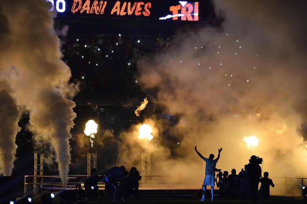 Daniel Alves é recebido com foguetório no Morumbi — Foto: Marcos Ribolli