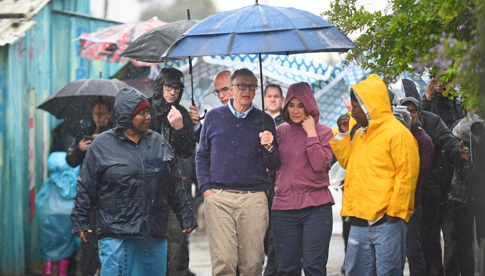 CAPE TOWN, SOUTH AFRICA - OCTOBER 25: Bill and Melinda Gates brace the rain as they visit the township of Khayelitsha on October 25, 2019 in Cape Town, South Africa. The world?s richest man first went to visit Inkanini Primary School and then made his way (Foto: Gallo Images via Getty Images)