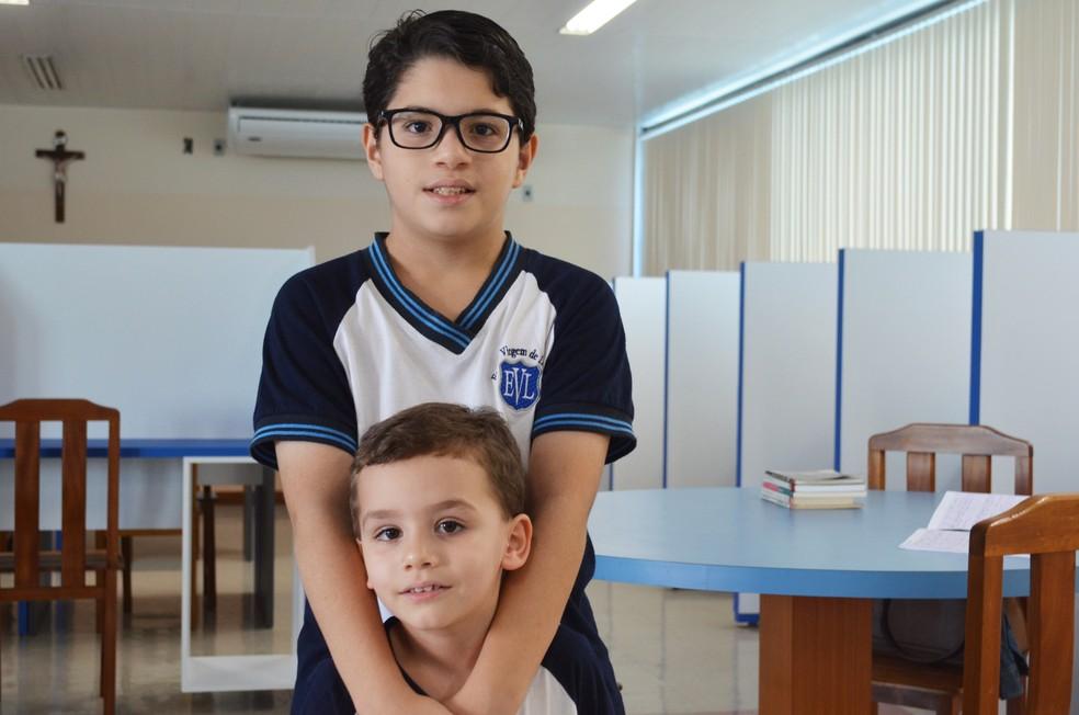 Paulo, de 11 anos, fez carta para o irmão Pedro, de 4 anos — Foto: Érica Ribeiro/G1