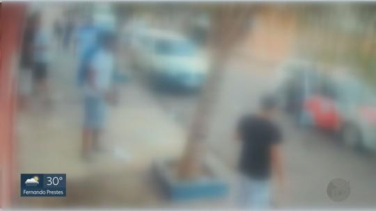 Moradores arremessam garrafas de cerveja contra PMs durante abordagem em Guariba, SP