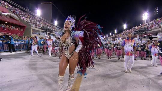 Rainha de bateria da Parque Curicica representa a musa da Timbalada