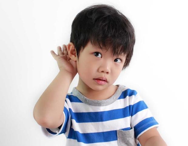 Crianças têm dificuldades para entender o que outra pessoa fala em ambientes barulhentos (Foto: Thinkstock)
