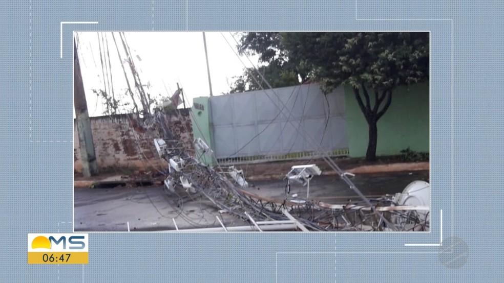 Torre de internet via rádio também não suportou a força do vento e tombou — Foto: Reprodução/TV Morena