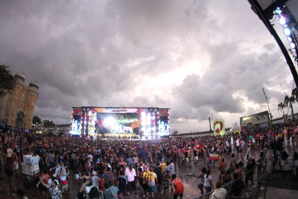 Mesmo com chuva, foliões dançaram e cantaram no Marco Zero até o início da manhã desta Quarta-Feira de Cinzas (Foto: Marlon Costa/Pernambuco Press)