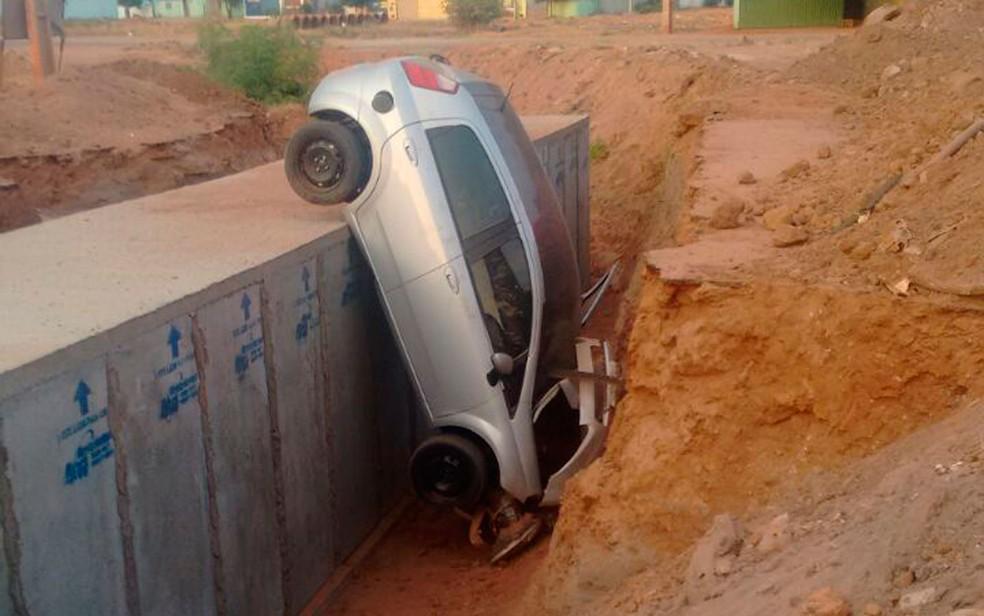 Carro caiu em canal em Luís Eduardo Magalhães (Foto: Weslei Santos/Blog do Sigi Vilares)