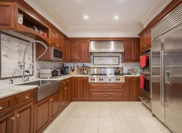 A cozinha é de madeira e inox (Foto: The MLS/ Reprodução)