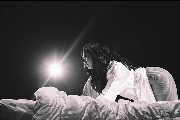 A cantora Demi Lovato em cima de uma cama na foto que causou comoção nas redes sociais (Foto: Instagram)
