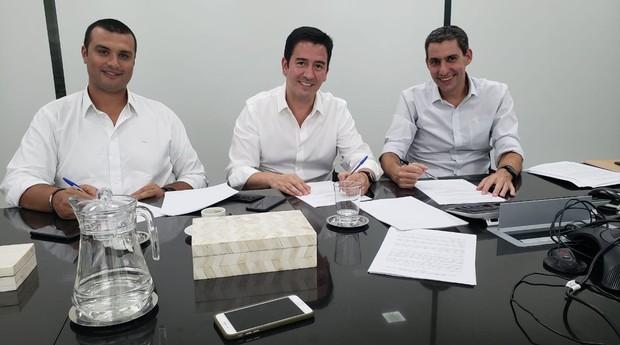 Alan Ladeia e Fábio Pinto, sócios da Carflix, e Richard Zeiger, sócio-diretor da MSW CAPITAL (Foto: Divulgação)
