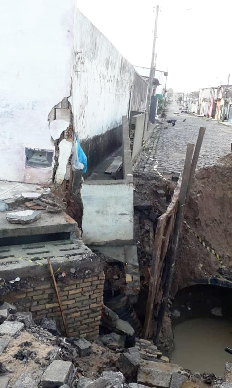 Muro de uma das casas ameaçadas já começou a ruir  — Foto: Klênyo Galvão/Inter TV Cabugi