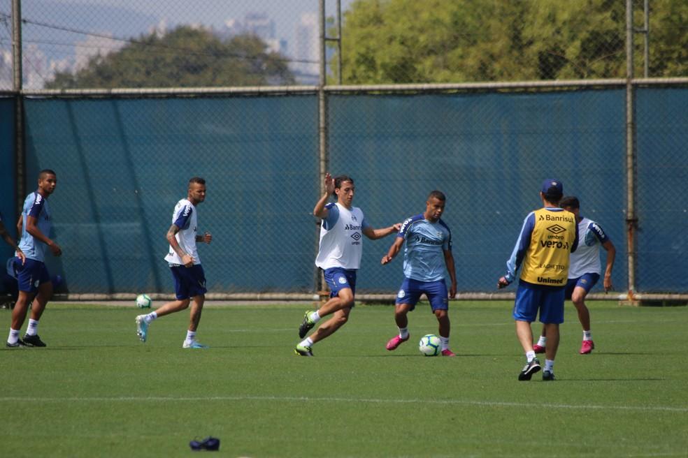 Geromel e Alisson em treino do Grêmio — Foto: Eduardo Moura