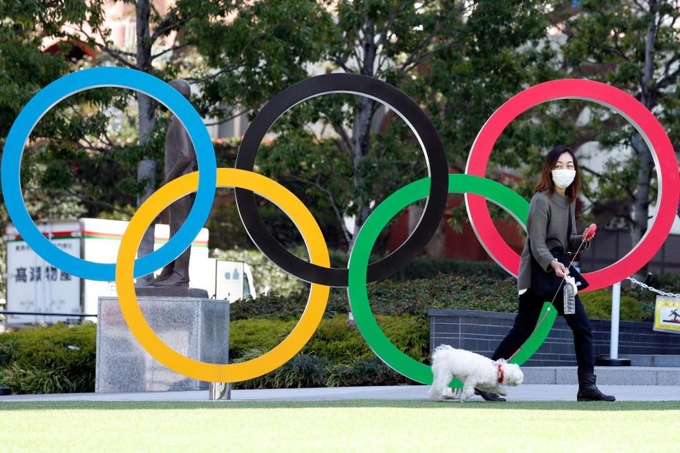 Aros olímpicos em Tóquio — Foto: James Matsumoto/SOPA Images/LightRocket via Getty Images