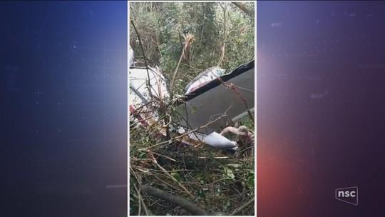 Avião de pequeno porte cai e pega fogo no Oeste de SC; fotos e vídeo