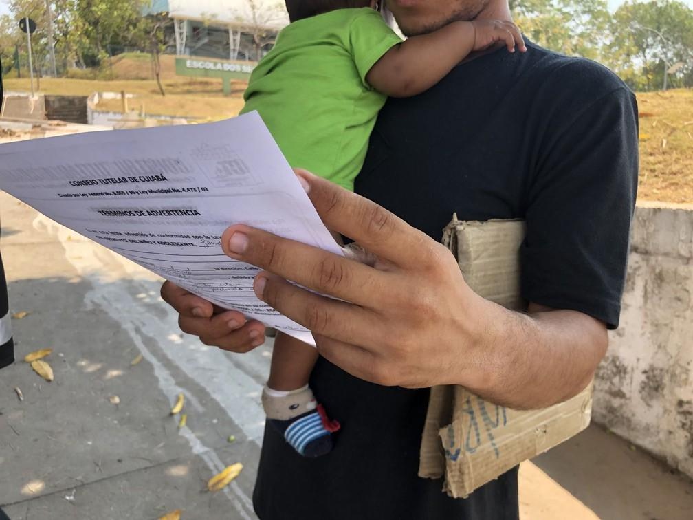 Famílias venezuelanas foram advertidas nessa semana por levarem crianças pelas ruas de Cuiabá enquanto pedem dinheiro e emprego nas principais vias da capital mato-grossense — Foto: Ana Luiza Anache/Ministério Público de Mato Grosso