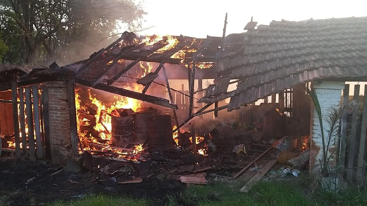 Rancho pega fogo e chamas atingem 5 hectares de vegetação em Poços de Caldas, MG  - Notícias - Plantão Diário
