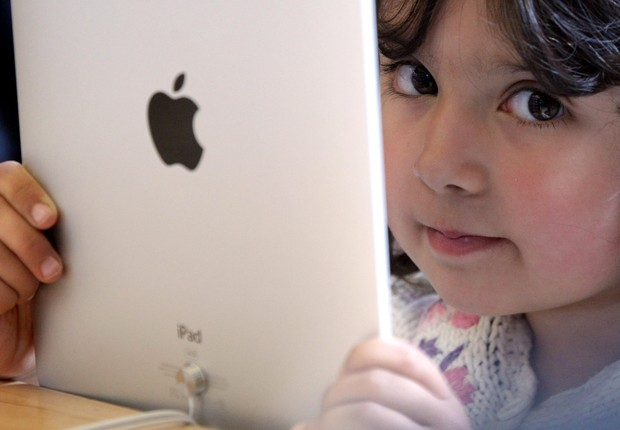 LONDON, ENGLAND - MAY 28: A young girl holds an Apple iPad on display at Regent Street's Apple store on May 28, 2010 in London, England. Apple iPads went on sale today in countries including Japan, Australia, Germany, Italy, Canada, Switzerland and the Un (Foto: Dan Kitwood/Getty Images)