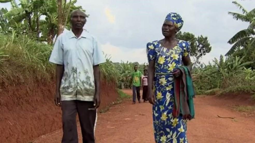 Anne-Marie e Celestin eram vizinhos quando o genocídio eclodiu em Ruanda; ele matou dois dos filhos dela — Foto: BBC