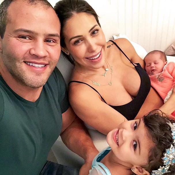 Bella Falconi e família (Foto: Instagram/Reprodução)