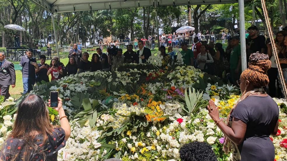 Organizadores abriram para público chegar perto do túmulo.  — Foto: Marina Pinhoni/G1