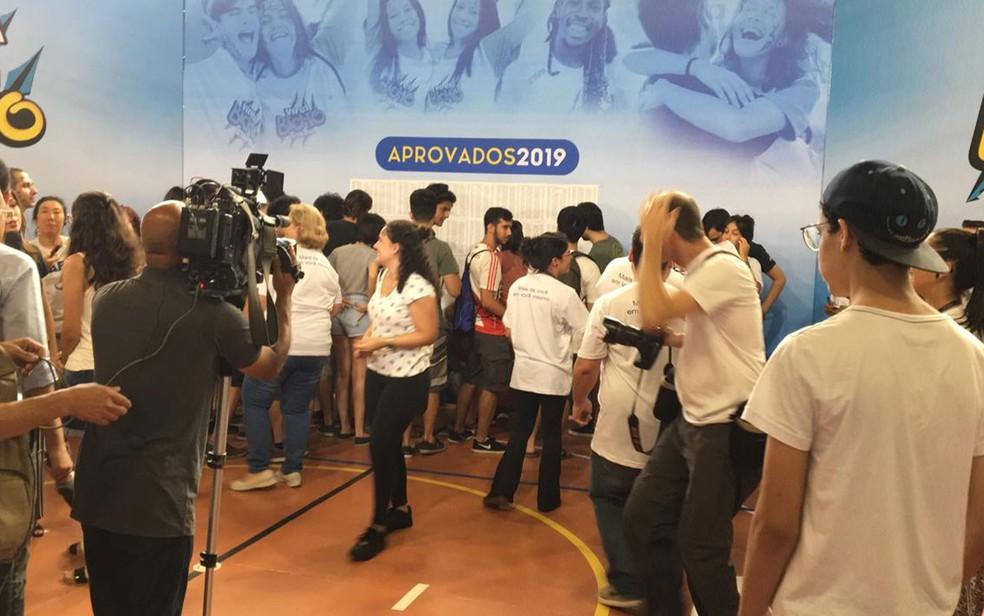 Candidatos veem lista de aprovados no vestibular 2019 da Fuvest — Foto: Gabriela Gonçalves/G1