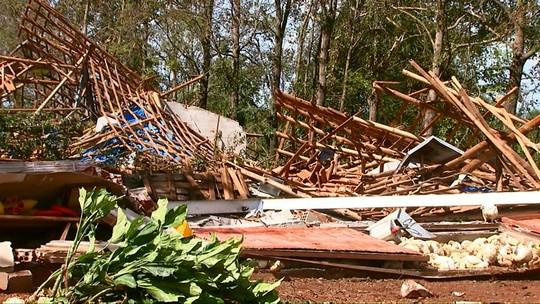 Temporal provoca destelhamentos e derruba árvores na área rural de Cafelândia