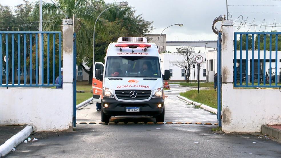 Tripulantes de navio que passaram mal são levados para hospitais da Grande Vitória — Foto: Luciney Araújo/ TV Gazeta