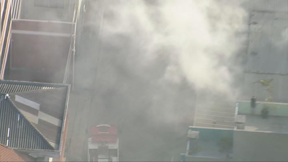 Incêndio atinge galpão na Zona Leste de SP — Foto: Reprodução/TV Globo