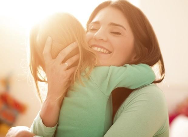 Mãe abraçando o filho (Foto: ThinkStock)
