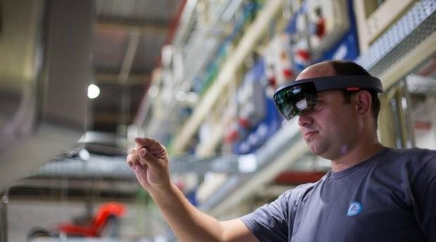 Óculos permitem que técnicos auxiliem funcionários à distância (Foto: Estadão Conteúdo)