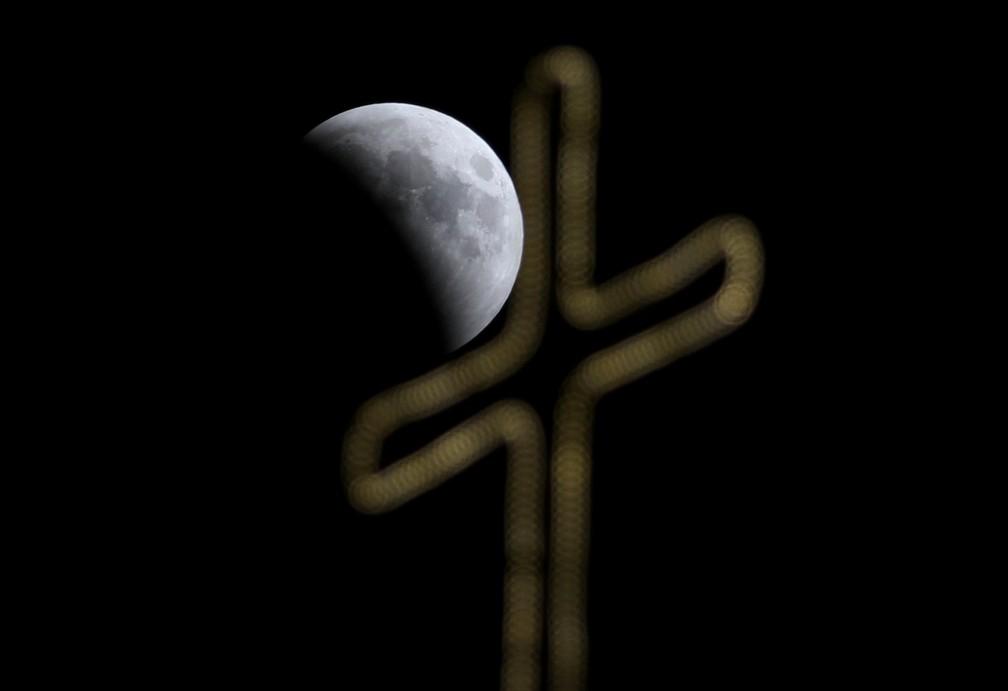 Eclipse lunar visto em Jerusalém. (Foto: Ammar Awad/Reuters)