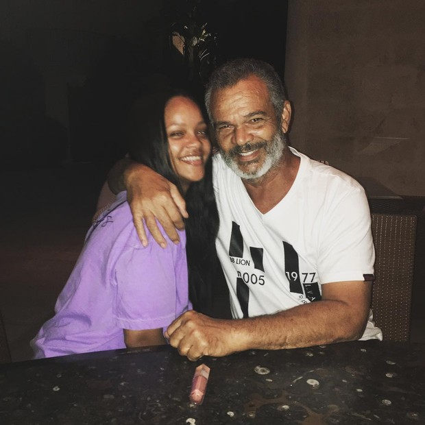 Rihanna com o pai, Ronald Fenty (Foto: Reprodução/Instagram)