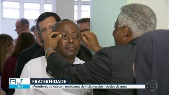 Moradores de rua do Rio recebem óculos de grau