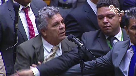 Após acusações, Laerte Bessa (PR) e Alberto Fraga (DEM) entram em confronto na Câmara