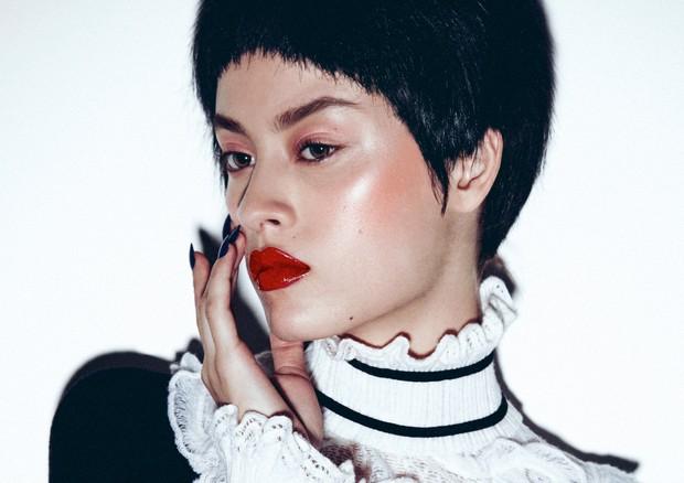 Saiba usar iluminador na pele com cicatrizes e poros dilatados (Foto: Paulo Vainer/Arquivo Vogue)