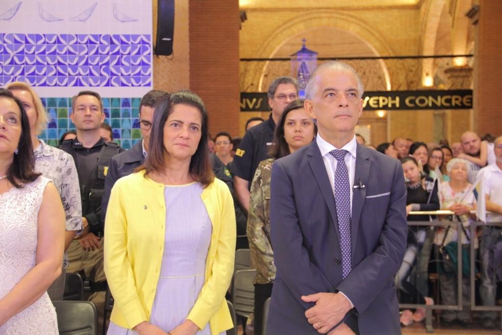 Candidato Márcio França e a esposa foram à missa no Santuário Nacional — Foto: Carlos Santos/G1