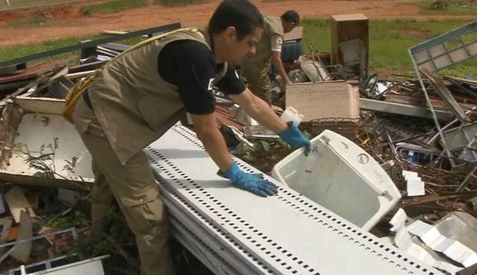 Agentes de saúde trabalham no combate ao mosquito transmissor da dengue no DF — Foto: TV Globo/Reprodução