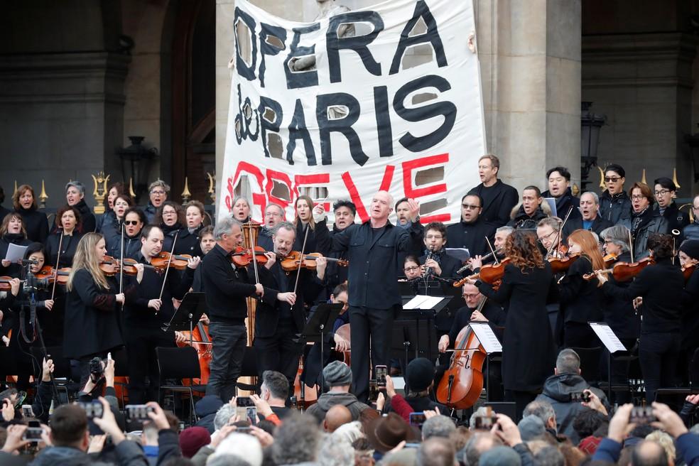 Músicos da Ópera de Paris fazem apresentação como forma de protesto — Foto: Charles Platiau/Reuters