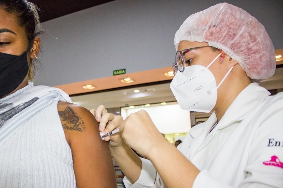 São Vicente recebe mais de 2 mil doses de AstraZeneca e retoma vacinação
