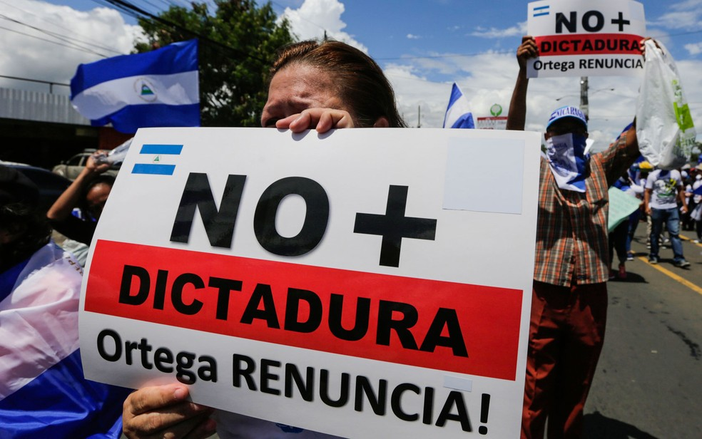 -  Manifestante exibe cartaz pedindo a renúncia do presidente Daniel Ortega durante protesto em Managua, na Nicarágua.  Foto: Inti Ocon/AFP