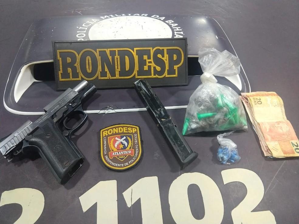 Pistola foi achada no local do confronto, no bairro das Pedrinhas, em Salvador (Foto: SSP-BA/ Divulgação)