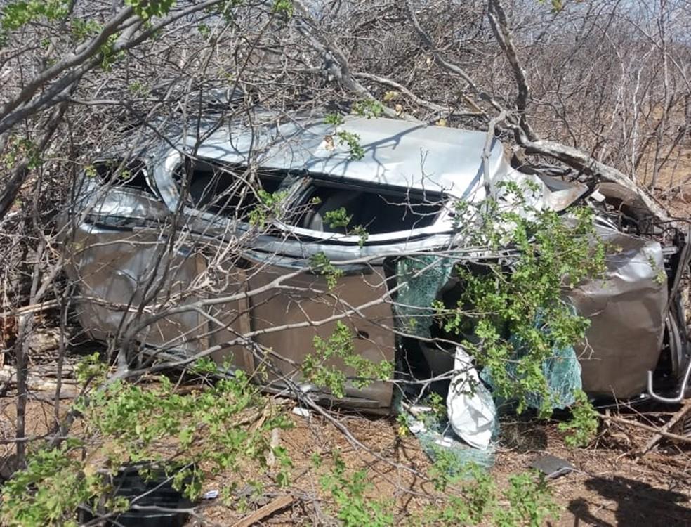 Minivan ficou destruída após capotar  — Foto: PRF/Divulgação