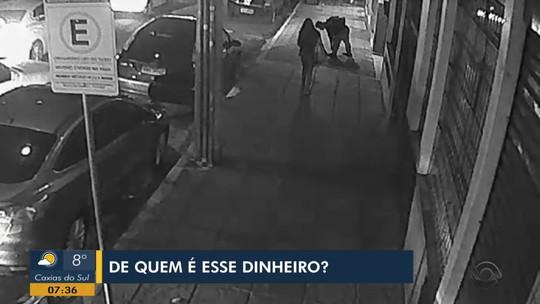 Mulher que deixou dinheiro cair em rua de Santa Maria procura a polícia e recupera quantia