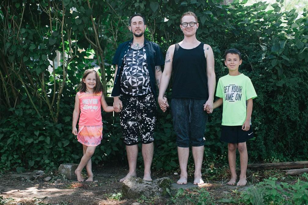 Casal já tinha dois filhos adotivos quando decidiu ter um filho biológico (Foto: Arquivo Pessoal)