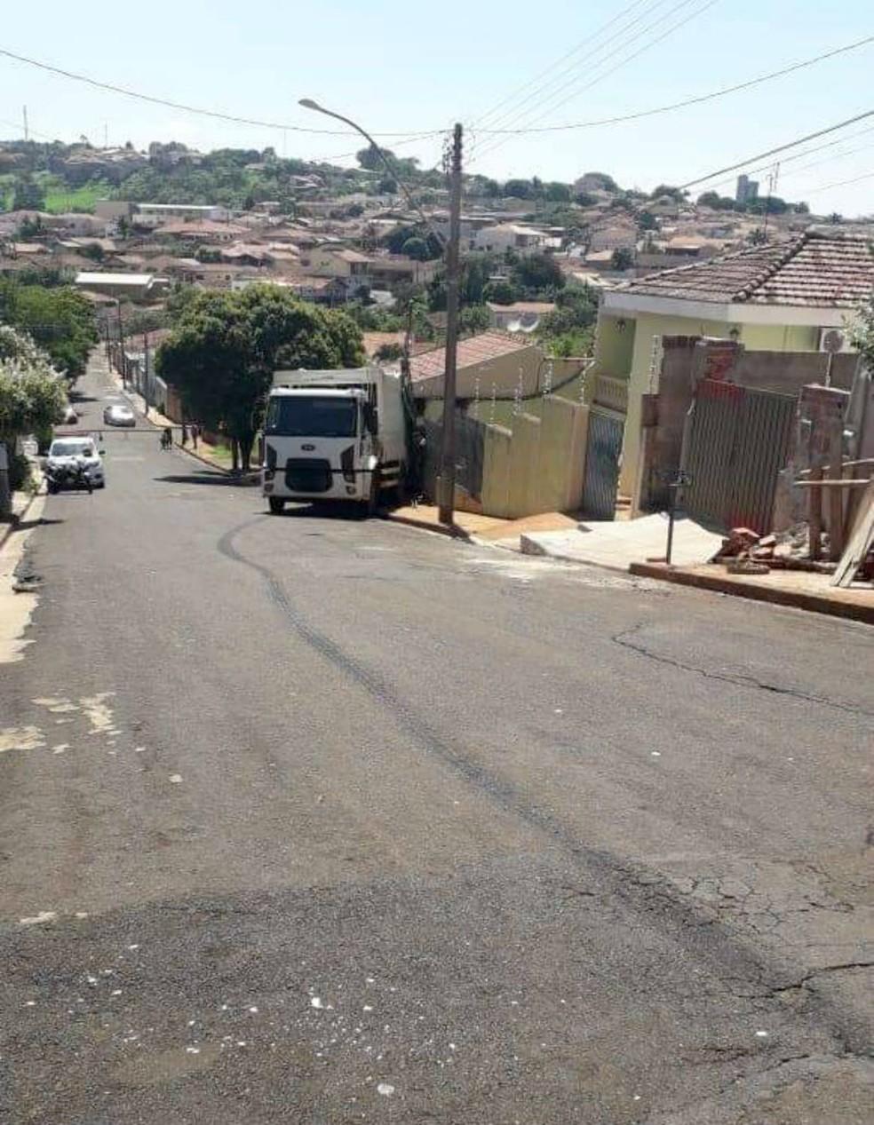 Rua onde aconteceu o acidente é bastante inclinada e motorista afirmou não ter conseguido controlar o caminhão sem o freio — Foto: Arquivo pessoal